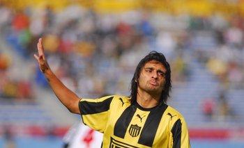 Carlitos, un eterno provocador, gesticula ante la hinchada de Nacional<br>