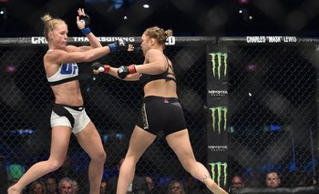 Holly Holms (blanco) contra Ronda Rousey (negro)