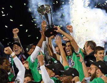 Raúl con el trofeo de la NASL