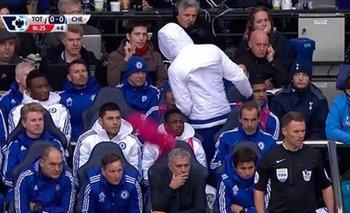 La camiseta rosada cae en la espalda de Mourinho