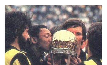 Los jugadores de Peñarol con la Intercontinental de 1982