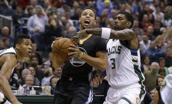 Curry no pudo con los Bucks