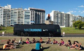 El Nike Running Bus en Kibón, junto a un grupo de entrenamiento de corredoras