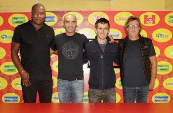El cuerpo técnico de Paolo Montero presentado en Boca Unidos