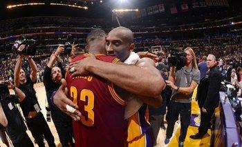 El último abrazo de Kobe y LeBron