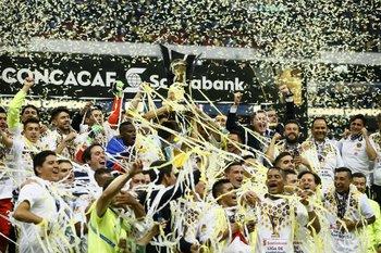 Brian Lozano, en primera fila, festeja el título de la Liga de Campeones