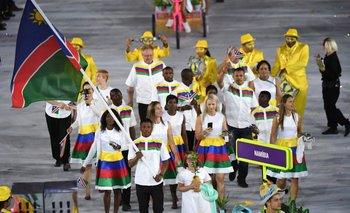 Jonas Junias portando la bandera de Namibia