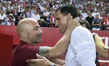 Sampaoli y Poyet a pura risa antes del inicio del partido