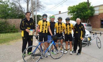 Trasante y ciclistas de Peñarol de Colonia