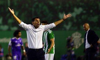 Poyet se queja al aire mientras atrás Zidane ordena a su equipo; Real Madrid ganó 6-1
