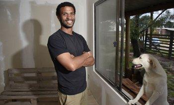 Pablo Silva en la casa que él mismo edifica