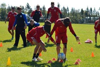 López y De los Santos observan el trabajo; todos se divierten
