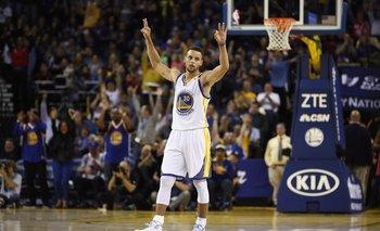 Curry festeja su récord de 13 triples