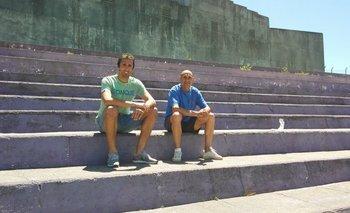 Ignacio Pallas y Rosario Martínez, capitán y entrenador de Fénix, en una grada del Capurro
