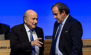 Otros tiempos: Blatter y Platini antes de que estallara el FIFAgate. <br>