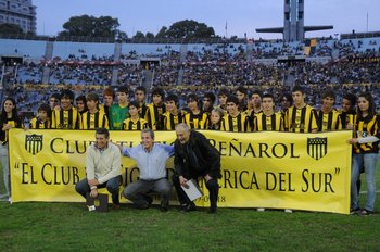 """Con Morena y Damiani, cuando Peñarol fue galardonado como """"Campeón del Siglo"""" por la IFFHS"""