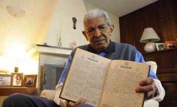El profe Santos con la agenda original donde anotó día a día la gira que hizo con Liverpool en 1971<br>