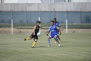 Naithan Nandez prepara el derechazo en el amistoso de esta mañana entre Juventud y Peñarol.