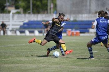 Junior Arias en pleno esfuerzo en el amistoso de esta mañana entre Juventud y Peñarol.