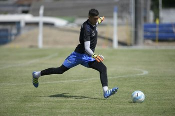 El golero de Juventud, Falcone, en el amistoso de esta mañana entre Juventud y Peñarol.