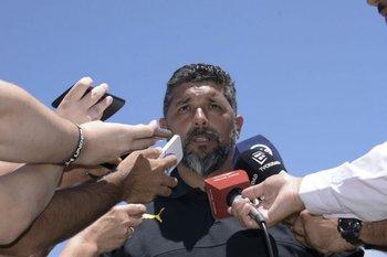 Leonardo Ramos atiende a los medios después de la práctica del jueves de mañana entre Peñarol y Juventud.<br>