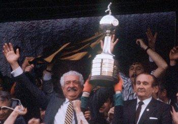 El Cr. José Pedro Damiani, con la Copa que Peñarol ganó en 1987, ante América de Cali