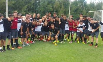 Los sub 17 posaron junto a Diego Forlán en el Complejo