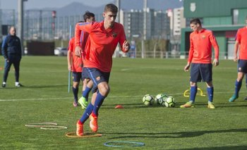 Santiago Bueno en su primer entrenamiento con Barcelona