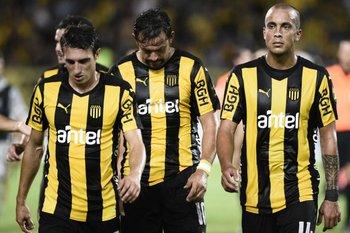 Caras de molestia en los jugadores de Peñarol tras el encuentro ante Boston River