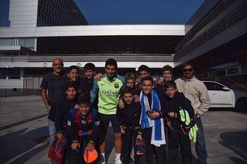 Los jóvenes futbolistas uruguayos que viajaron a Barcelona conocieron a Luis Suárez<br>