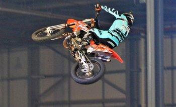 Las motocross vuelan varios metros sobre el aire<br>