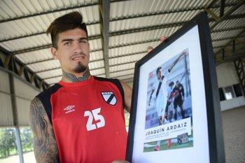Joaquín Ardaiz recibe el premio como revelación de Fútbolx100