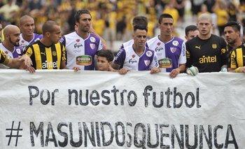 """Los jugadores de Fénix y Peñarol con la proclama """"Más unidos que nunca"""""""