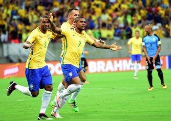 Douglas Costa en el último Brasil-Uruguay en Brasil
