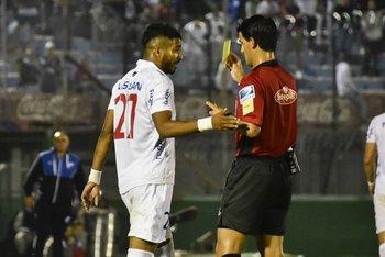 Leodán González le muestra la amarilla a Rodrigo Aguirre