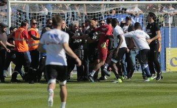 La Policía debió intervenir para separar a los ultras de los jugadores rivales