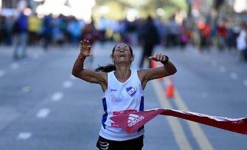 Nelly Portillo al ganar la Maratón de Montevideo