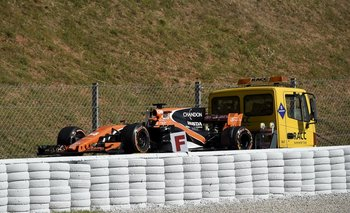Así se llevaron el coche de Alonso este viernes por la mañana en Montmeló