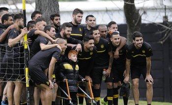 Cuando terminó el entrenamiento todos los futbolistas fueron a abrazarlo.