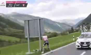 El momento en que Dumoulin se baja de su bici