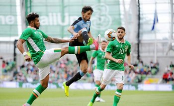 Jonathan Urretaviscaya intenta escapar entre dos defensores sin éxito