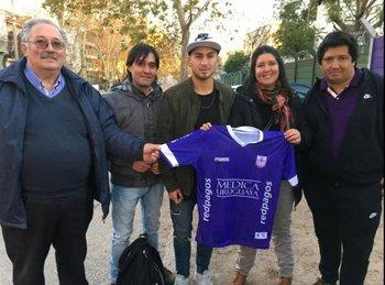 Pablo López, el último en debutar en Primera el domingo pasado, con la camiseta del debut y su familia