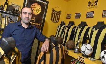 Uriel Cancela en su museo personal aurinegro