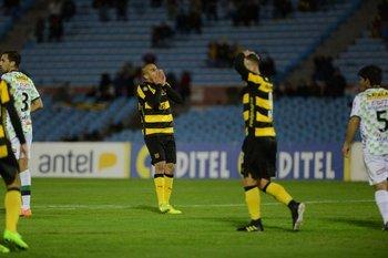 Pereira y Arias no pueden creer un gol fallado