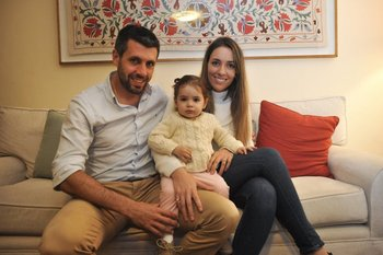 Pezzolano junto a Gabriela y Paulina, la pequeña hija de ambos.