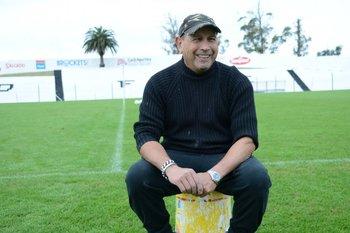 Mario Rodríguez con la palmera que plantó en Jardines junto con Bigote<br>