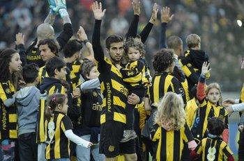 Los jugadores de Peñarol saluda a sus hinchas<br>