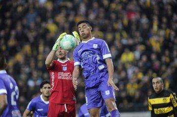 Guillermo Reyes atrapa el balón<br>