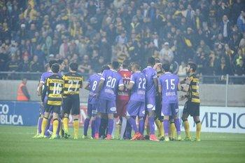 Jugadores violetas protestan a Christian Ferreyra, tras expulsión de Cardacio<br>