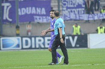Mathías Cardacio y el cuarto árbitro Héctor Martínez<br>